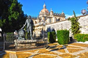 Jerez, monumento al To Pepe con la catedral al fondo